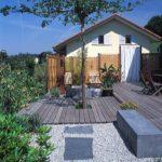 jardin contemporain avec banc en béton teinté dans la masse