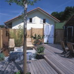 jardin contemporain avec terrasse en lames ipé banc en béton teinté