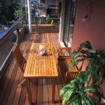 balcon tropical avec mobilier en teck et lames en ipé