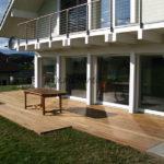 terrasse en bois exotique avec construction maison contemporaine
