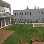 intégration terrasse en bois exotique quartier résidentiel